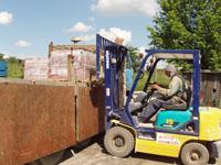 Доставка кирпича: погрузка кирпича на заводе в автомобиль