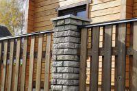 Фото забора из рваного кирпича с деревянными пролетами, скала кирпич облицовочный СЕРЫЙ