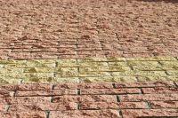Фото вставок рваного кирпича в кирпичную стену, скала кирпич облицовочный ЖЕЛТЫЙ