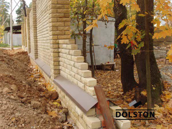 Пример строительства стены с облицовкой рваным кирпичом
