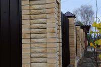 Фото столба из рваного кирпича, скала кирпич облицовочный ЖЕЛТЫЙ