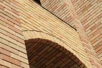 Фото арки из рваного кирпича, скала кирпич облицовочный СОЛОМА