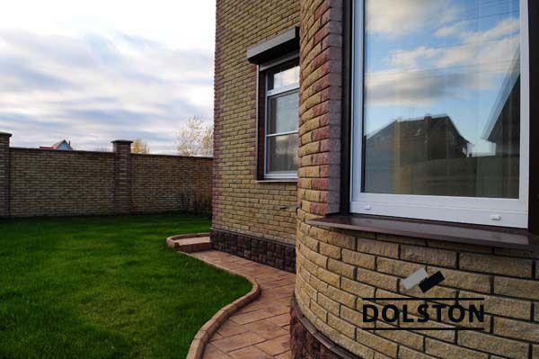 Фото отделки окна рваным кирпичом скала кирпич облицовочный ЖЕЛТО-ЗЕЛЕНЫЙ