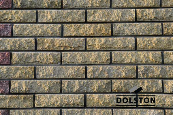 Стена из кирпича желто-зеленого цвета