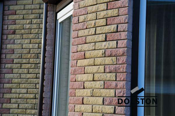Фото отделки окна рваным кирпичом скала облицовочный кирпич ВИШНЕВЫЙ