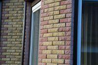 Фото отделки окна рваным кирпичом, скала облицовочный кирпич ВИШНЕВЫЙ