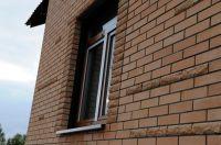 Фото отделки окна рваным кирпичом, скала кирпич облицовочный ПЕРСИК