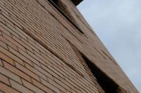 Фото вставок рваного кирпича в кирпичную стену, скала кирпич облицовочный ПЕРСИК