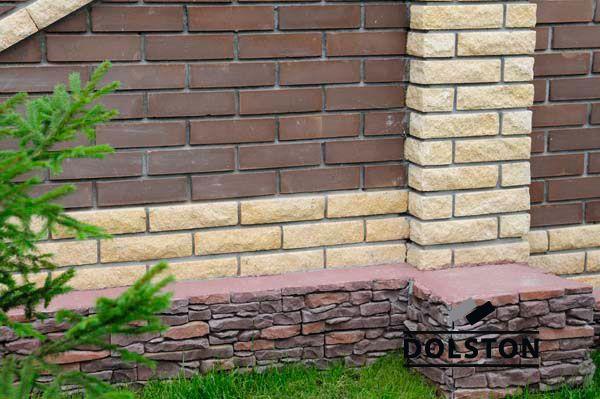 Фото сплошного забора из рваного кирпича скала кирпич облицовочный ЖЕЛТЫЙ