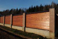 Фото кирпичного забора с деревянными пролетами, гладкий облицовочный кирпич ТЕРРАКОТ