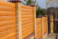 Фото забора из рваного кирпича с деревянными пролетами, скала кирпич облицовочный ЖЕЛТЫЙ
