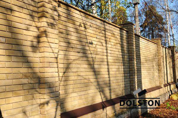 Фото сплошного кирпичного забора гладкий кирпич облицовочный ЖЕЛТО-ЗЕЛЕНЫЙ