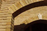 Фото арки из рваного кирпича, скала кирпич облицовочный ЖЕЛТО-ЗЕЛЕНЫЙ