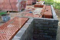 Пример строительства стены с облицовкой рваным кирпичом, скала кирпич облицовочный ЧЕРНО-СЕРЫЙ