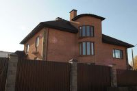 Фото дома из цокольного кирпича (американка), цокольный кирпич облицовочный ВИШНЕВЫЙ