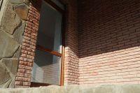 Фото отделки окна цокольным кирпичом, цокольный кирпич облицовочный ВИШНЕВЫЙ