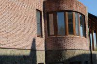 Фото эркера  из цокольного кирпича, цокольный кирпич облицовочный ВИШНЕВЫЙ