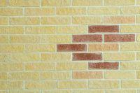 Фото вставок цокольного колотого кирпича в стену, цокольный облицовочный кирпич АЛЫЙ