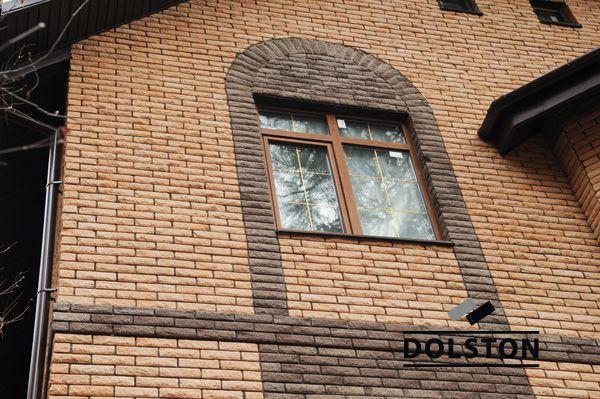 Фото отделки окна рваным кирпичом скала облицовочный кирпич ГОРЬКИЙ ШОКОЛАД