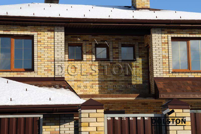 Дом из нескольких оттенков жёлтого гладкого лицевого кирпича