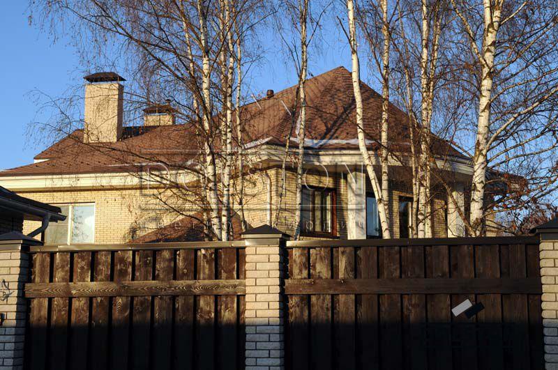 Фото забора из рваного кирпича с деревянными пролетами скала кирпич облицовочный БЕЖЕВЫЙ