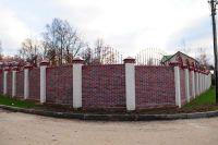 Фото сплошного забора с применением баварской кладки кирпича, баварская кладка облицовочного кирпича ЧЕРНИКА